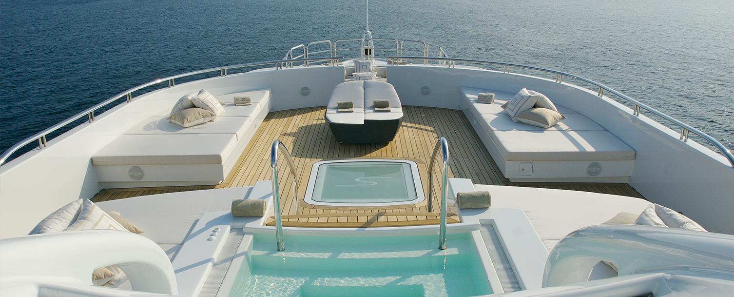 Yacht von oben mit Pool und Liegeflächen