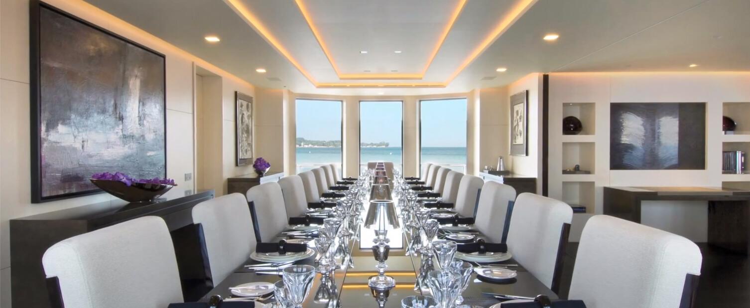 großer Esstisch mit vielen Stühlen auf Luxusyacht