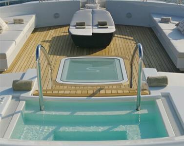 Luxusyacht mit Pool auf dem Deck und Liegefläche