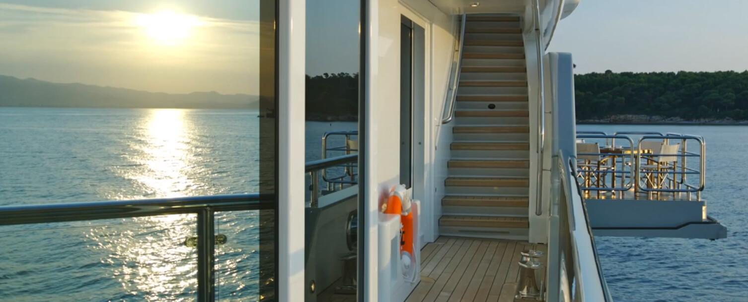 Luxusyacht Außenbereich mit Treppe