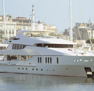 Luxusyacht Gloria von außen im Hafen