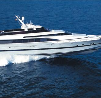 Luxusyacht Fortuna fährt im Meer