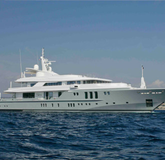 Siren Luxusyacht seitlich im Wasser