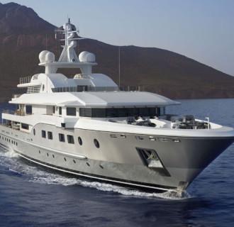 Kogo große Luxusyacht von vorne im Meer