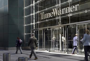 Time Warner Gebäude von außen mit Personen