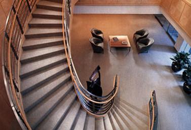 Holztreppe von oben in einem Bürogebäude