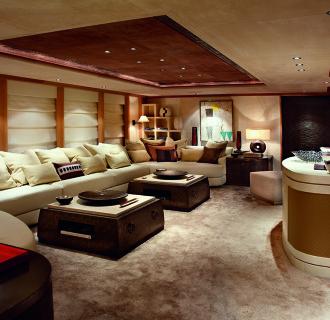 Logo Luxusyacht Zimmer mit großem Sofa