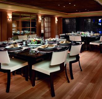 Kogo Luxusyacht Essbleich mit zwei Esstischen