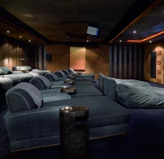 MY Pelorus Kinobereich mit Leinwand