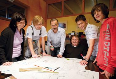 Team Fitz über Plänen an einem Tisch