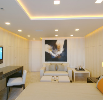 Luxusyacht Siren Schlafzimmer mit Sofa und TV