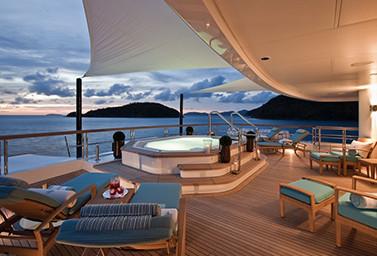 Außenbereich mit Whirlpool auf einer Luxusyacht bei Sonnenuntergang