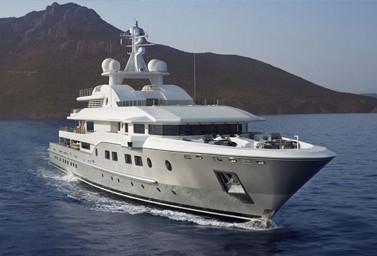 Luxusyacht auf dem Wasser