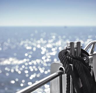 Beispielsbild Yacht Detail mit Meer im Hintergrund