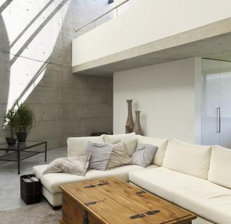 sofa in einem modernen Wohnzimmer aus Beton