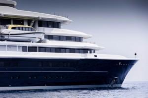 Luxusyacht Luna von außen im Meer
