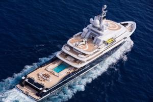 Luxusyacht Luna von oben mit Pool
