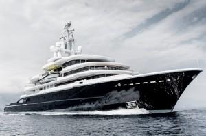 Luxusyacht Luna im Meer seitlich