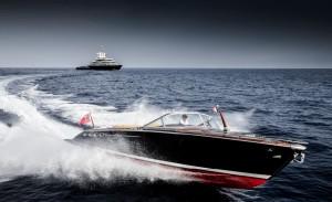 Luxusyacht Luna Beiboot auf dem Wasser