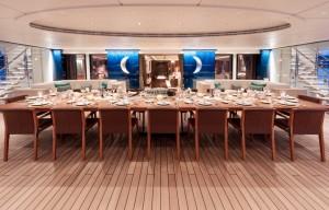 Luxusyacht Luna Essbereich