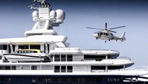 Luxusyacht Luna Helikopter landet